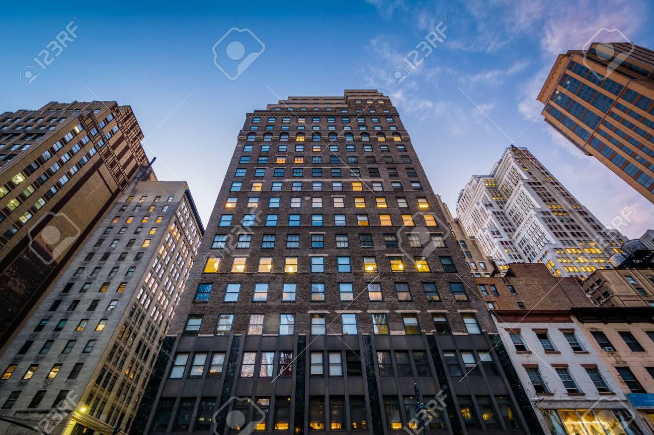 夕暮れ、ミッドタウン マンハッタン、ニューヨーク 6 番街沿いの建物 ...