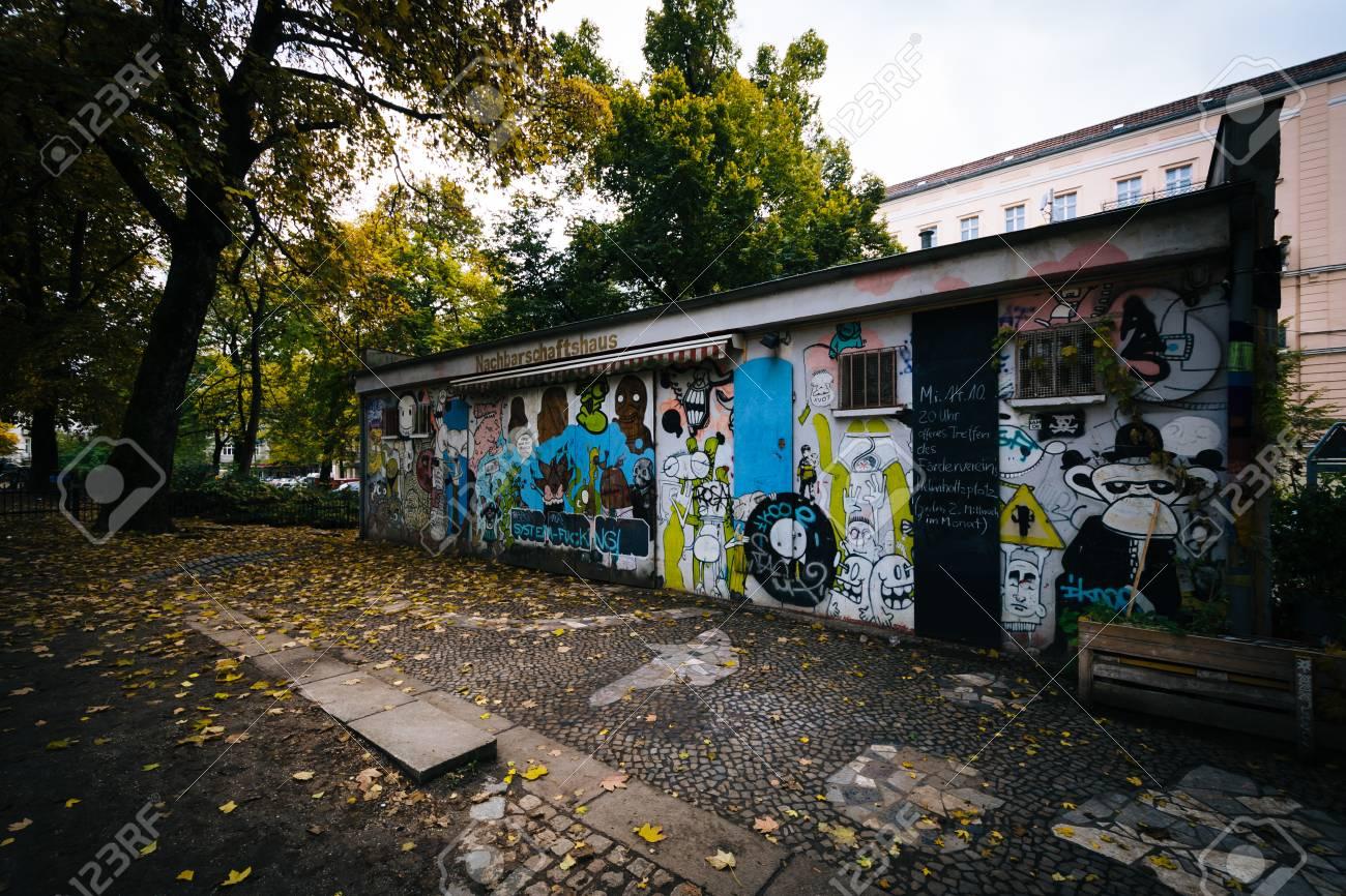 Graffiti Auf Einem Gebäude Am Helmholtzplatz In Prenzlauer Berg
