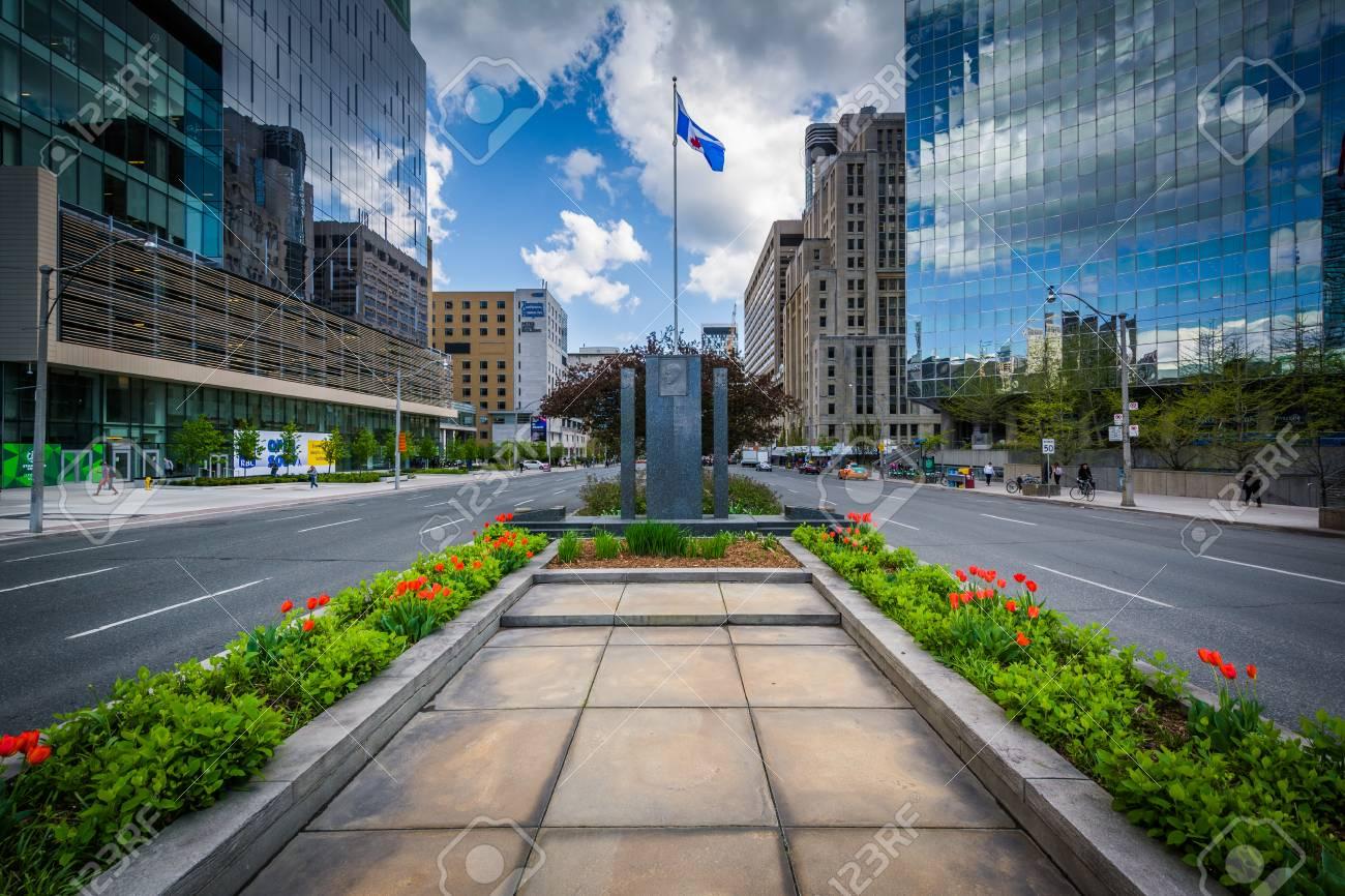 Jardins Et Memorial Dans La Mediane De L Avenue University Et Des Batiments Modernes Dans Le District De La Decouverte De Toronto Ontario