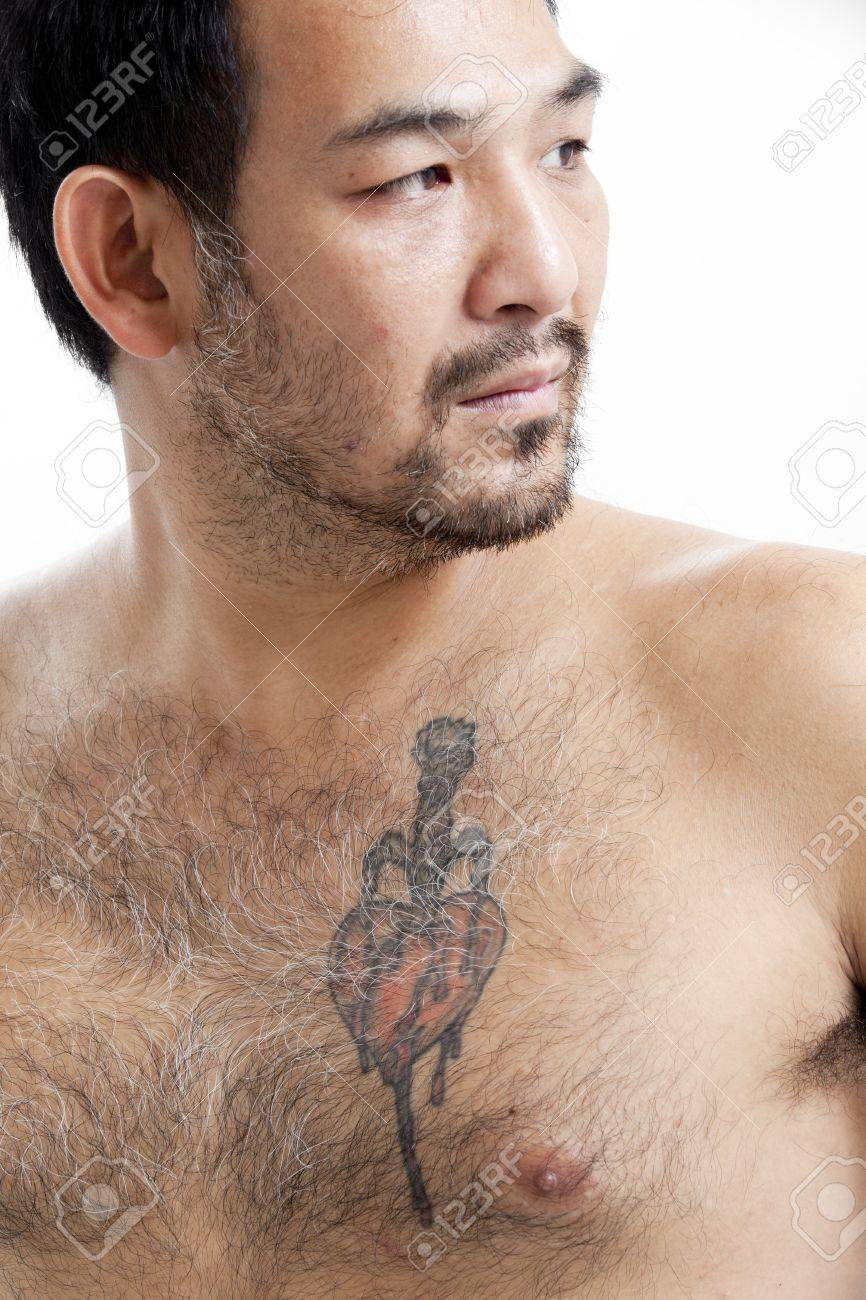 Tatouage homme torse - Banque D Images Homme Asiatique Torse Nu Avec Un Tatouage La Poitrine