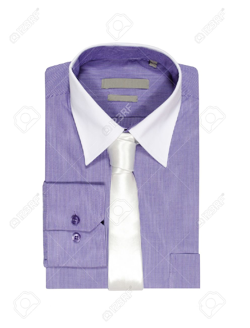 Lila T-Shirt auf weißem Hintergrund weiße Krawatte und weißem Kragen  gefaltet Standard-Bild 0920bfee68
