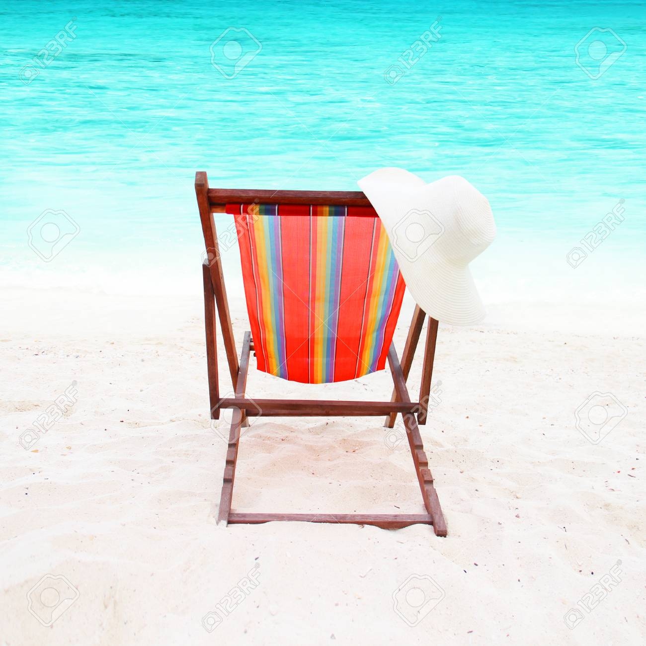 banque dimages chaise colore sur le sable blanc sur une belle plage - Chaise Coloree