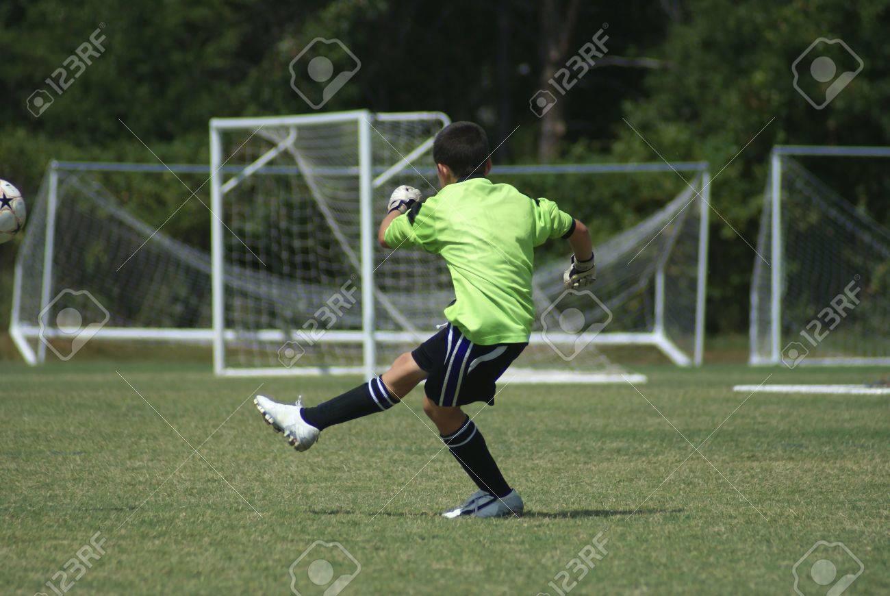 Banque d images - Donner des coups de pied le gardien de but de football  dans un jeu de balle sur une journée ensoleillée. eff31bbf08c