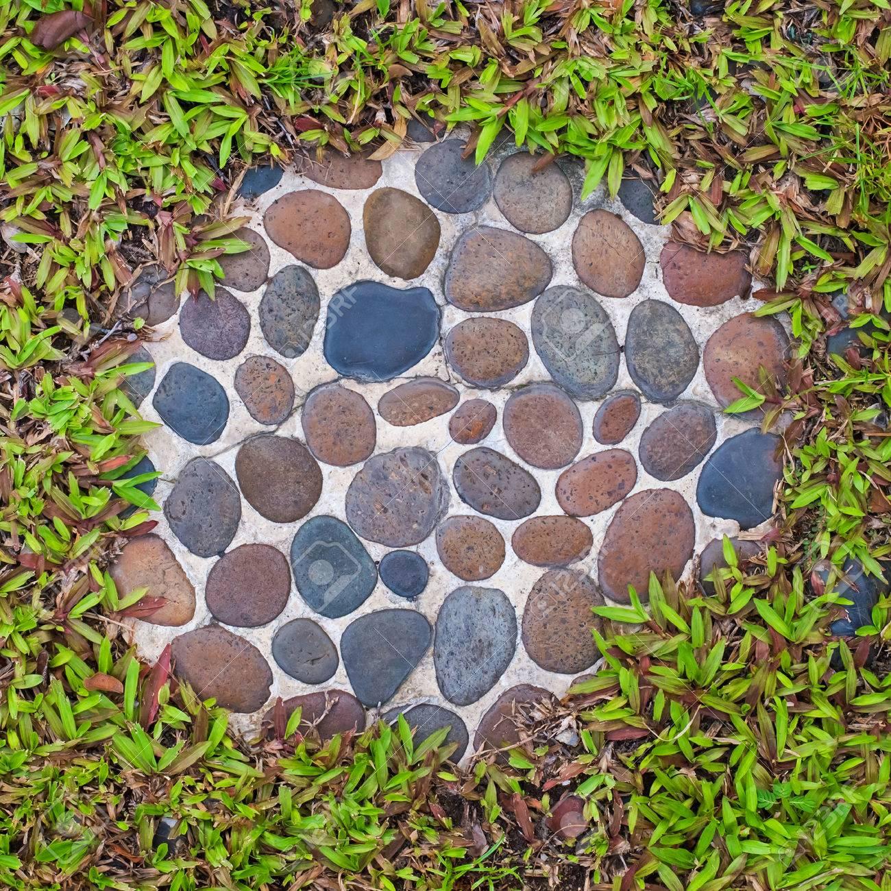 Béton avec des briques galets, décoration de jardin modèle