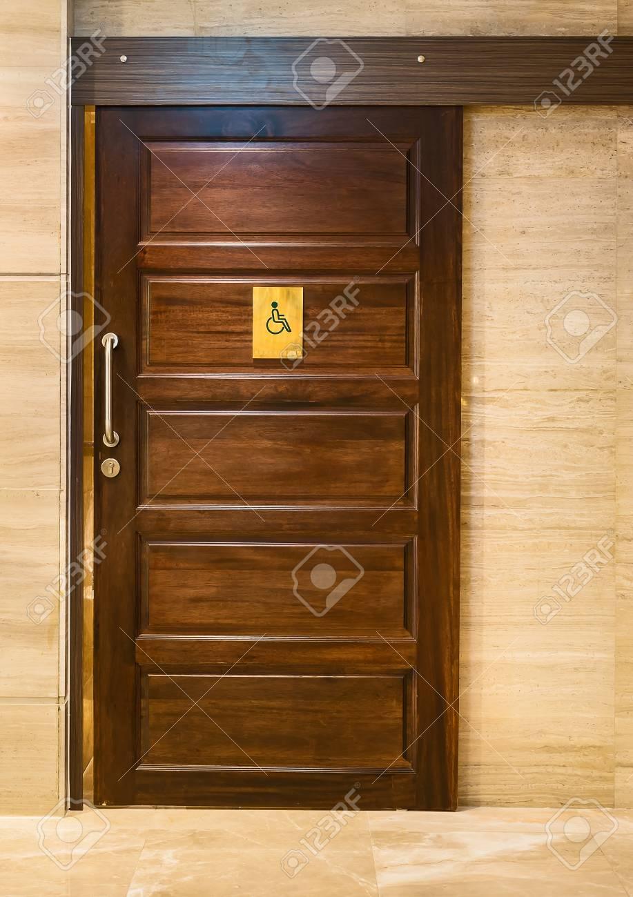Porte En Bois Salle De Bain Pour Handicapes Banque D Images Et