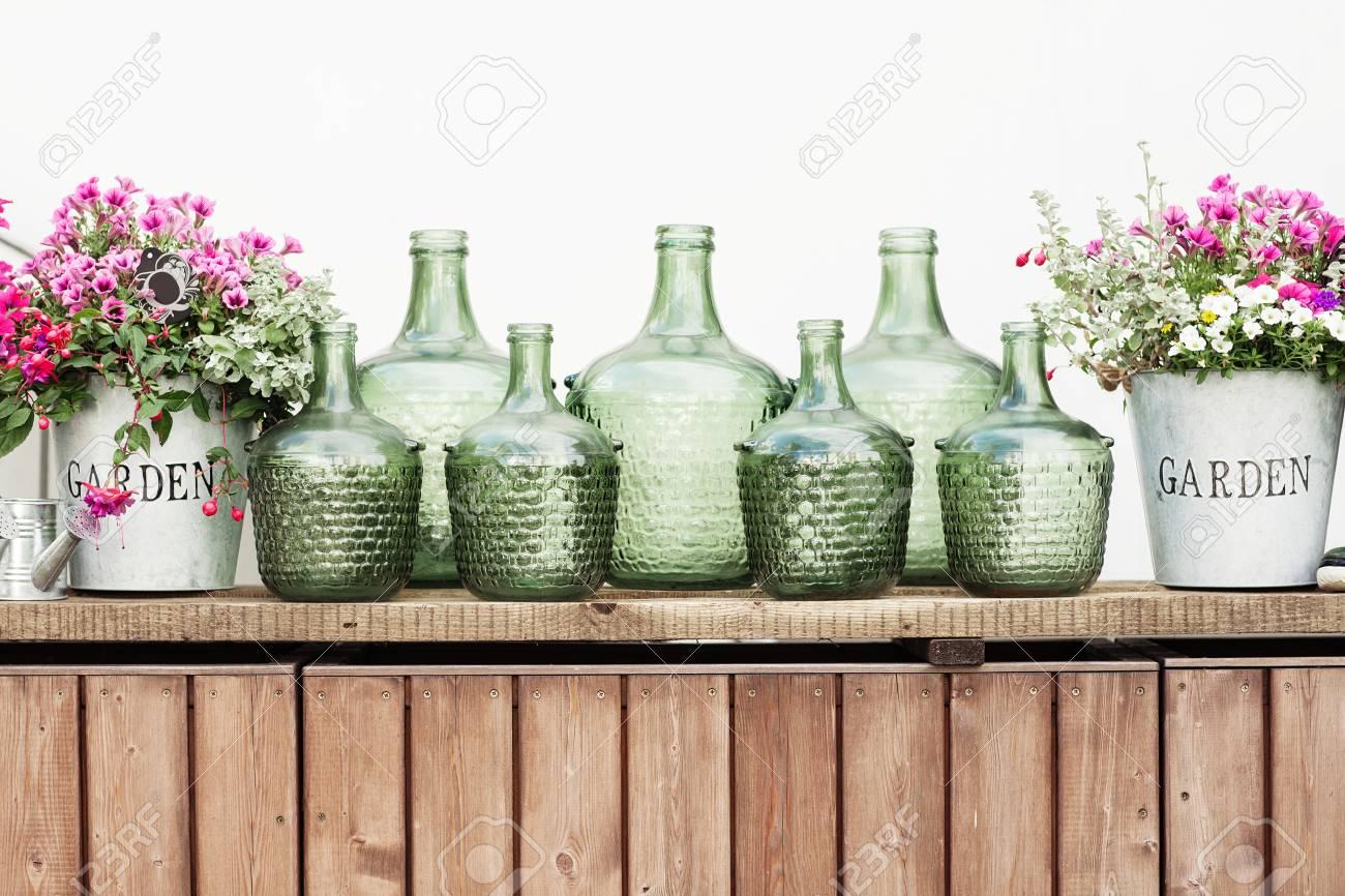 Blumen In Einem Eimer Glas Vintage Flaschen Auf Holzuntergrund Gemutliche Hause Rustikalen Dekor Hutte Leben Lizenzfreie Fotos Bilder Und Stock Fotografie Image 62997005