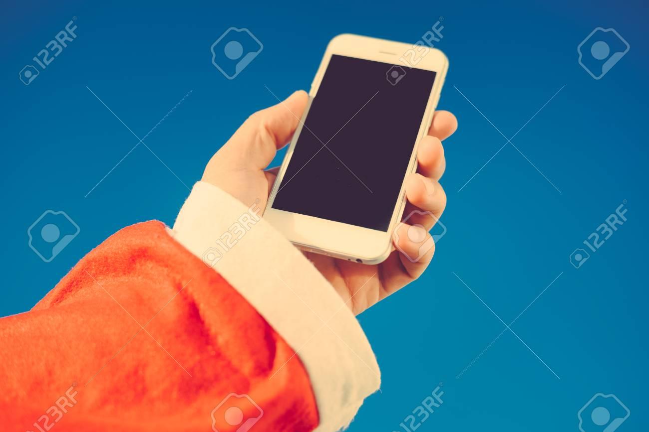 Santa Claus Tenant à Laide De Smartphone Mobile Prêt Pour La