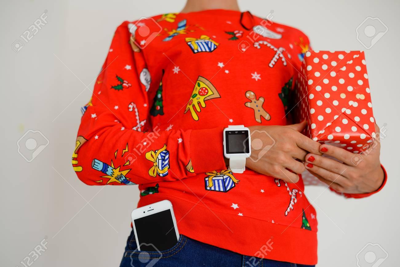 Baskets 2018 éclatant matériaux de haute qualité Gros plan de femme portant chemise de père Noël rouge à l'aide de  smartphone et boîte-cadeau sur fond de mur de lumière. Présentation  shopping, ...