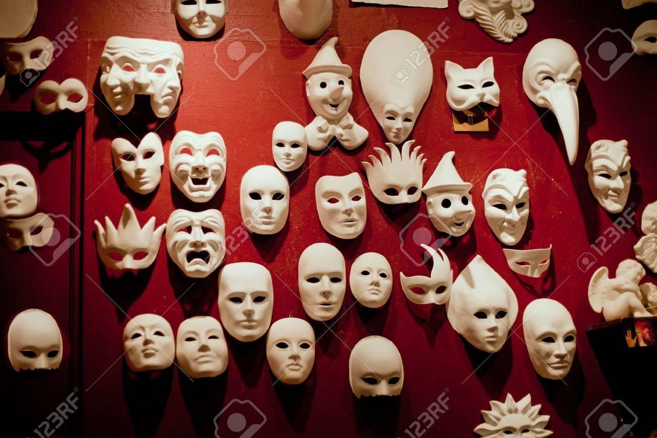 White Venedig Masken Auf Der Roten Wand Lizenzfreie Fotos, Bilder ...