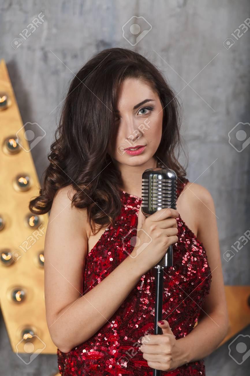 Junges Mädchen Im Roten Cocktailkleid Gesang Mit Vintage-Mikrofon ...