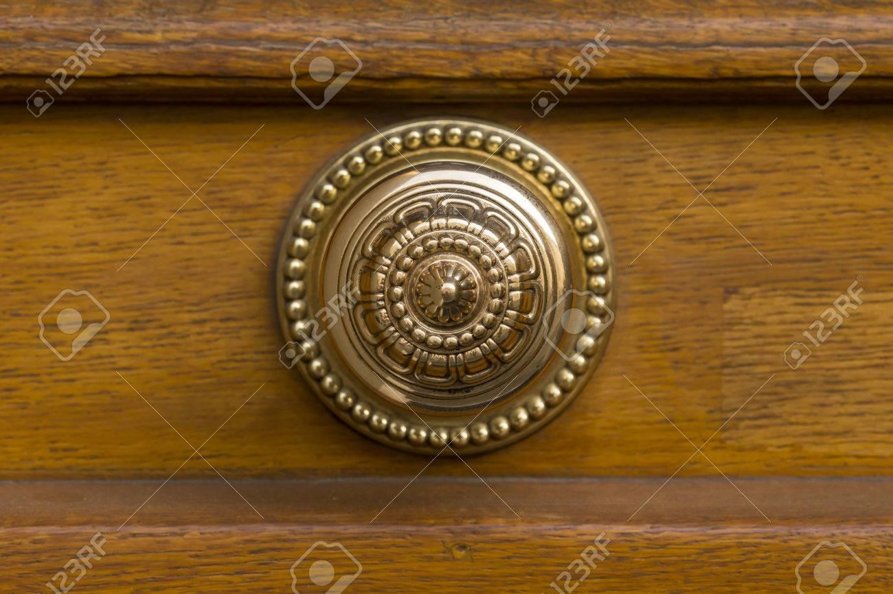 Une Belle Poignée De Porte Ronde Dorée Avec Des Ornements Porte En - Poignee de porte ronde en bois