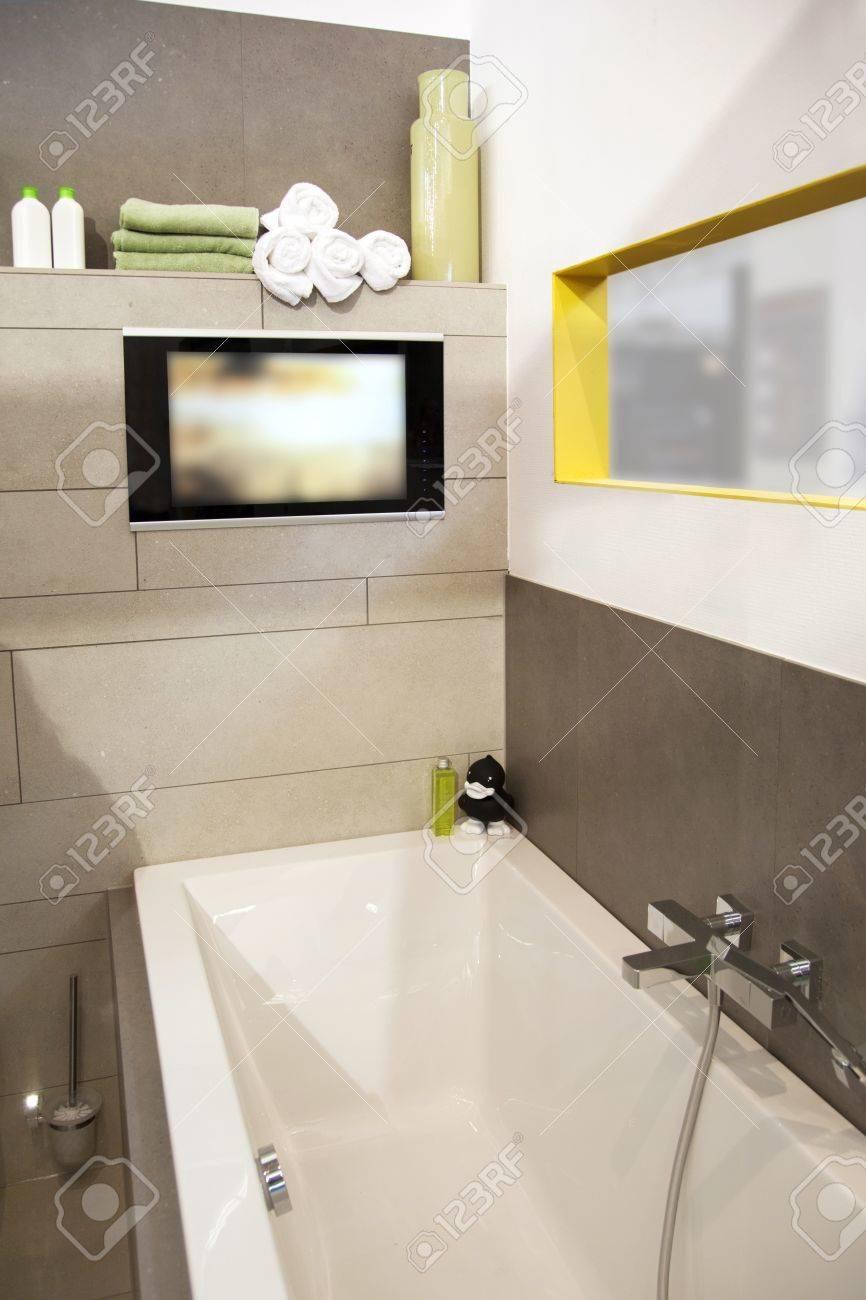 L Int Rieur De La Salle De Bain Moderne Avec Tv Banque D Images Et