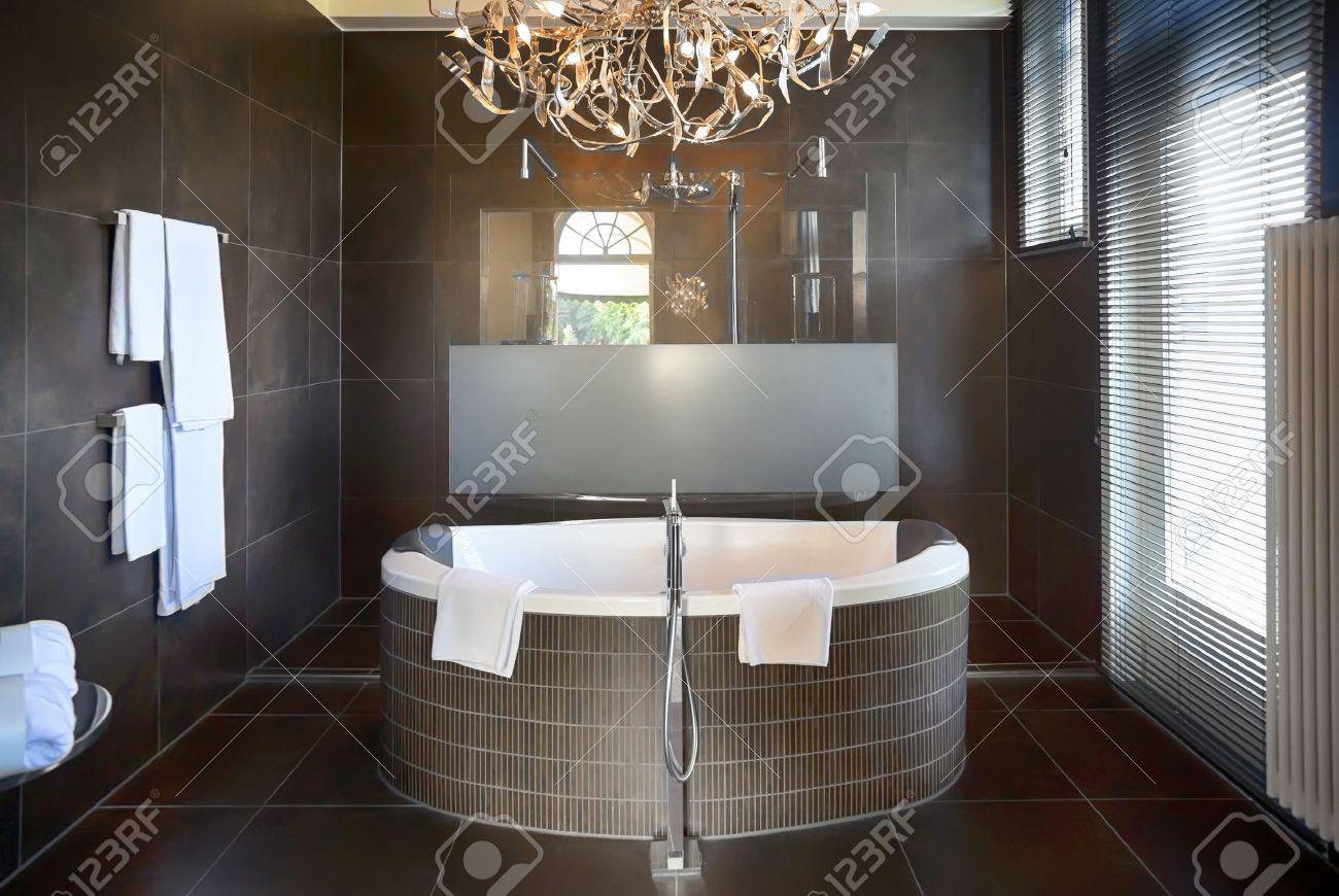 Interior del cuarto de baño de lujo en el hotel