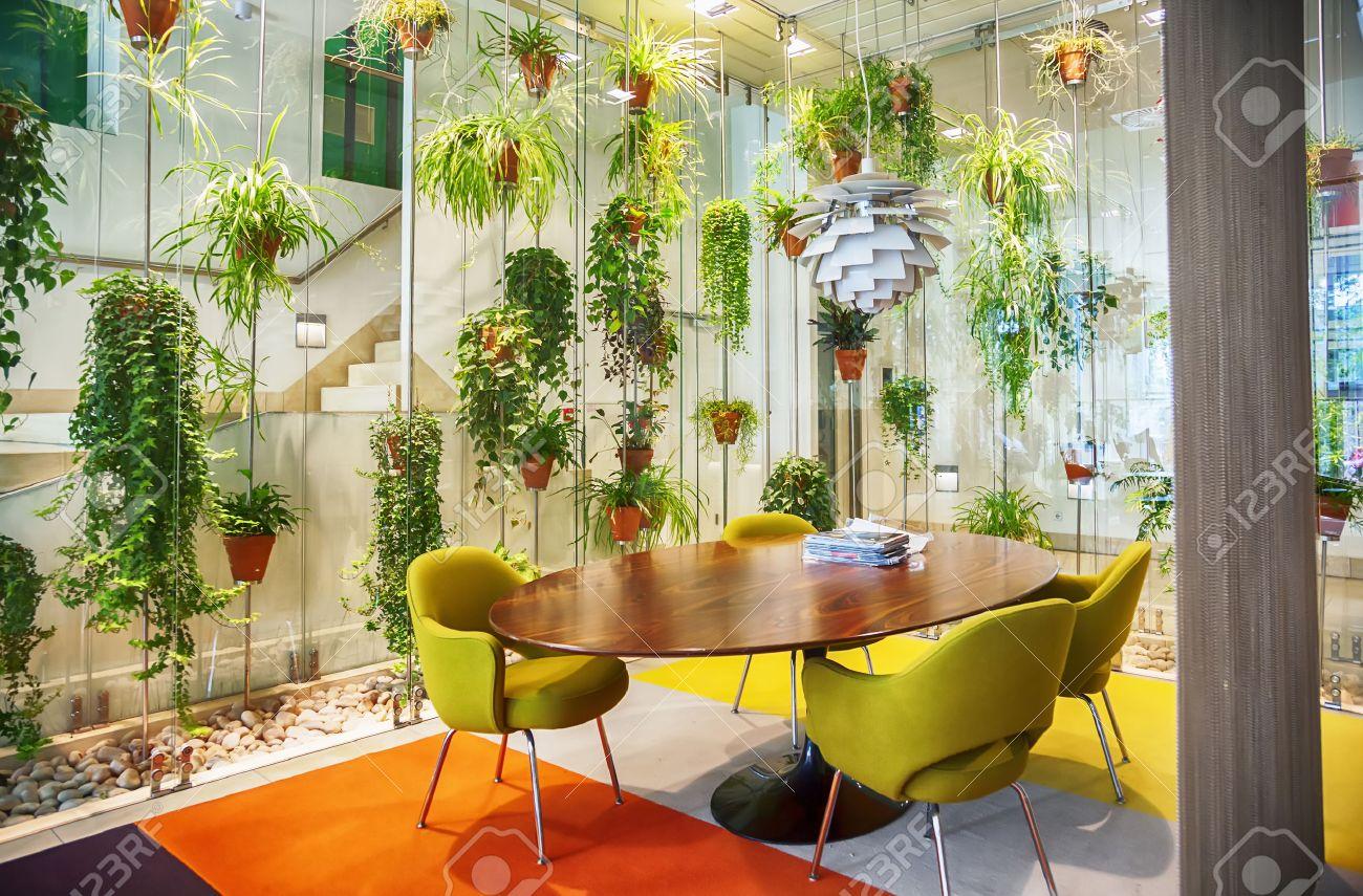 Intérieur avec des fleurs de décoration dans le hall de la maison ...