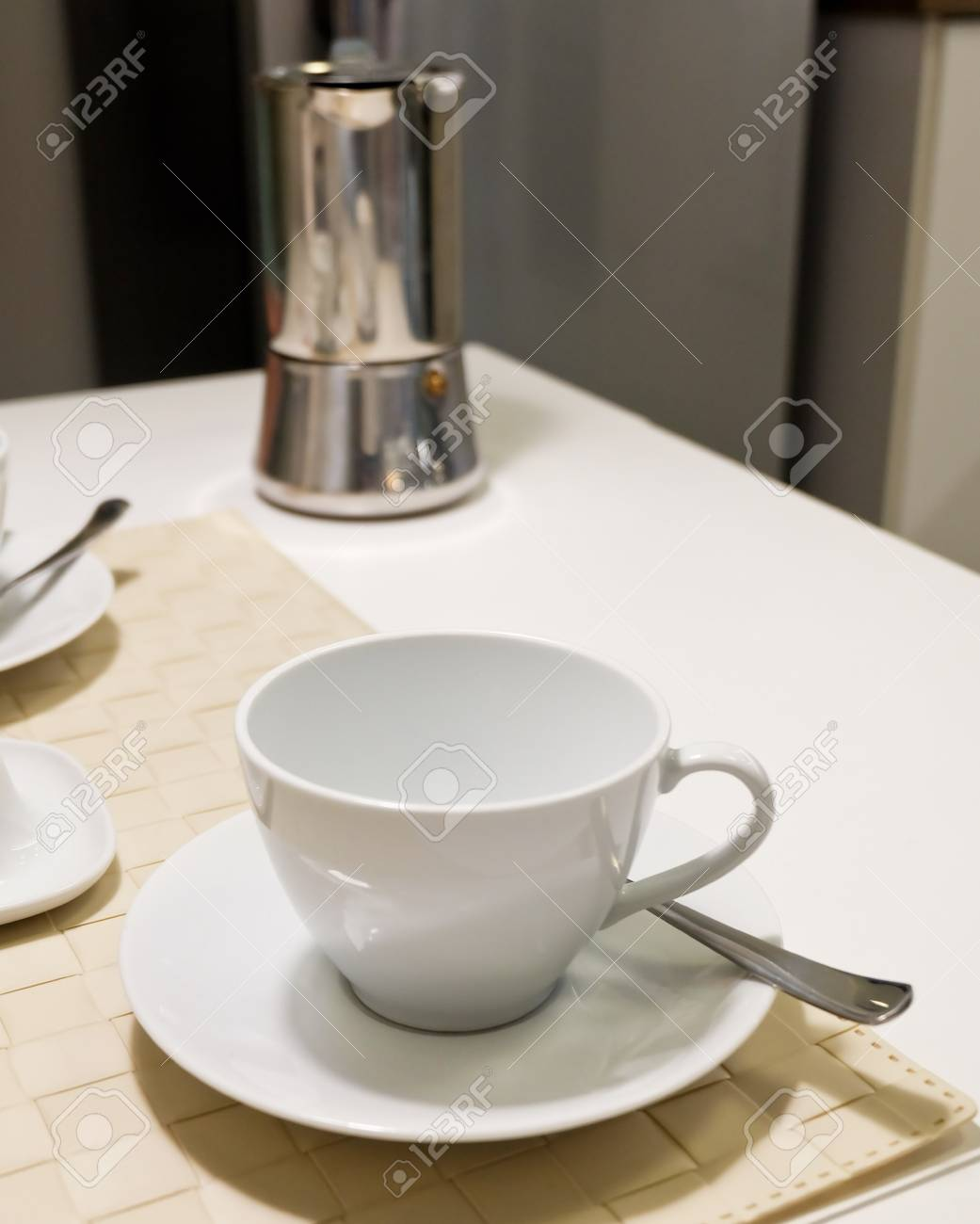 Cucina e cibo, bianco ceramica tazza di caffè con French Press caffè sul  tavolo usato per preparare e bere il caffè.