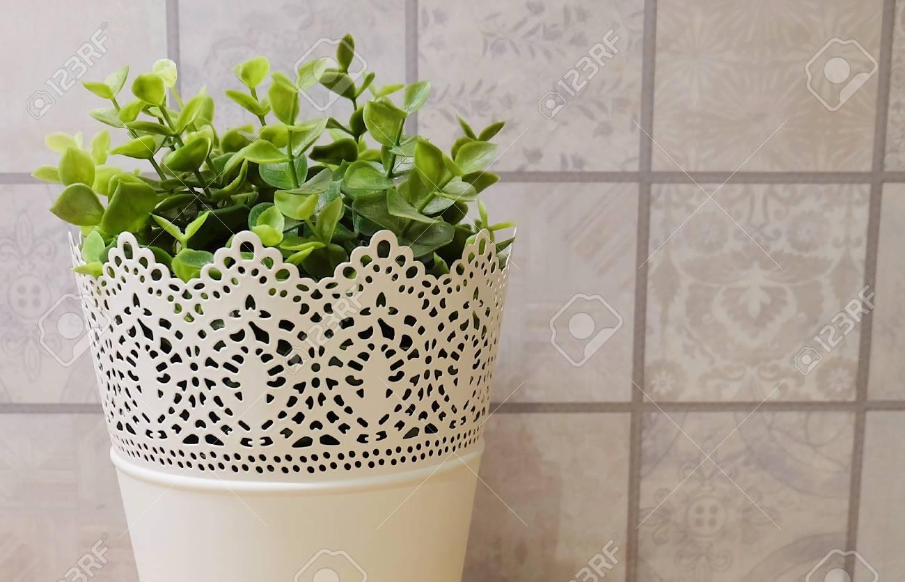 Kunstliche Grunpflanzen In White Metal Blumentopfe Fur Haus Und Buro Dekoration Ohne Pflege Lizenzfreie Fotos Bilder Und Stock Fotografie Image 87181032