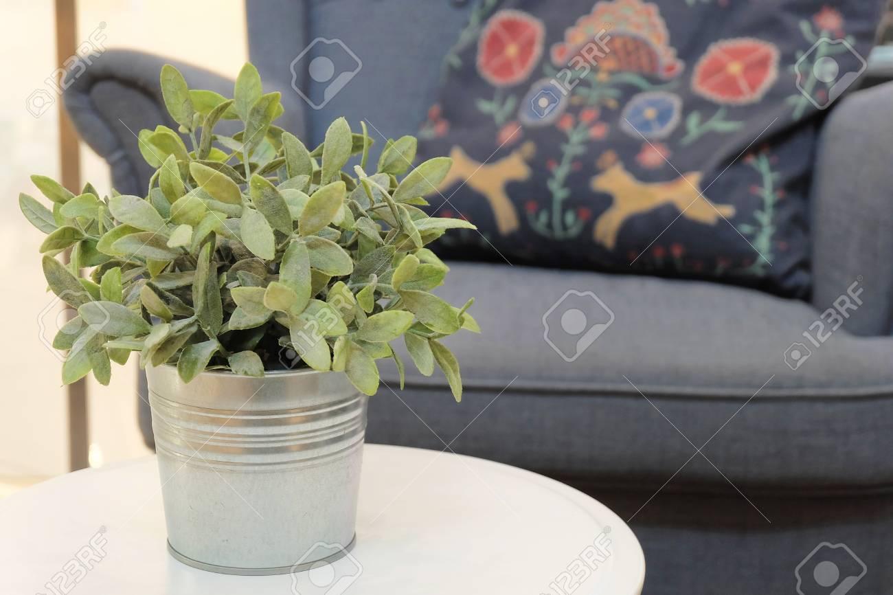 Plantes Vertes Artificielles En Pot De Fleur De Metal Blanc Dans Un