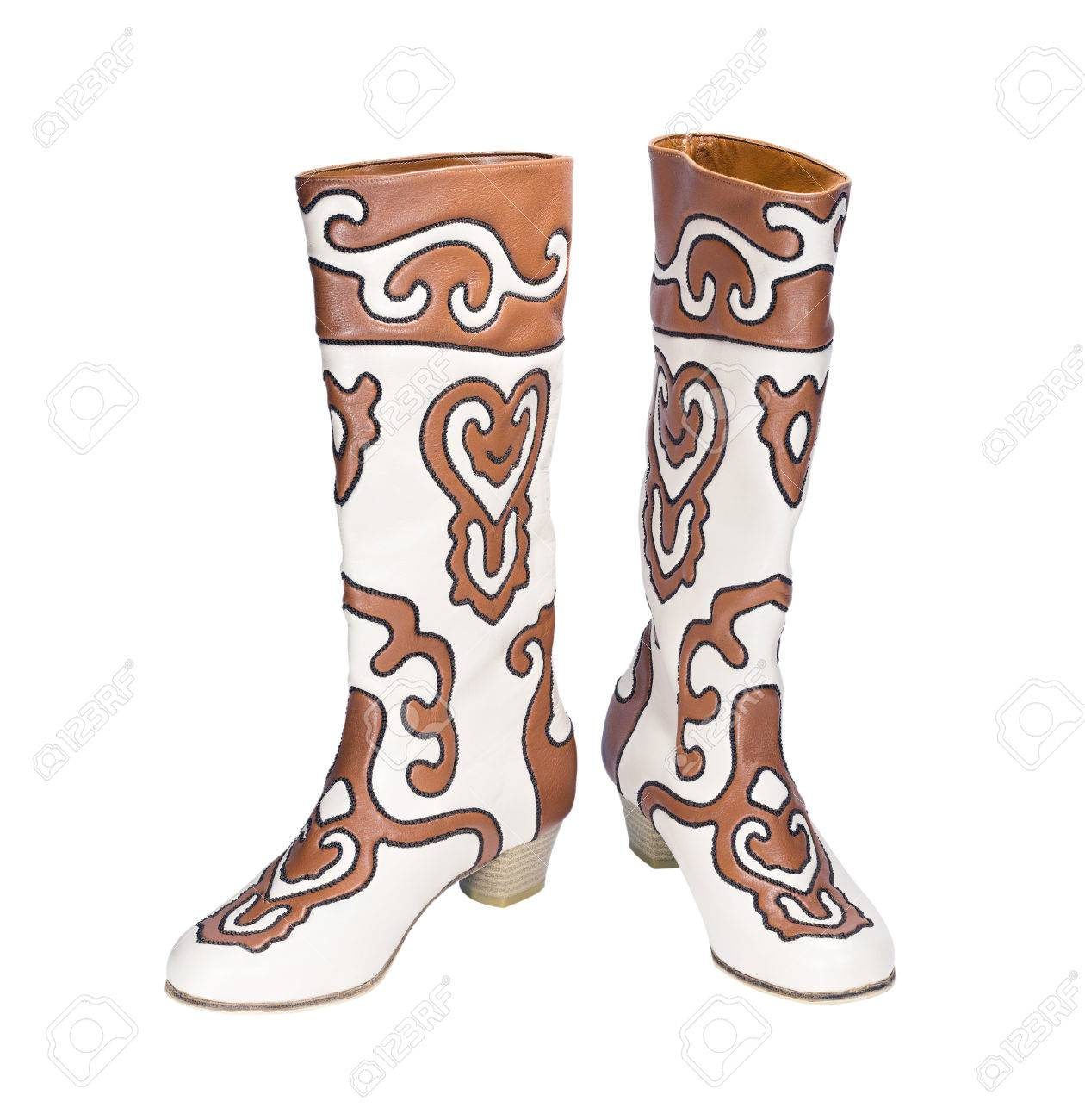 Foto de archivo - Tártaro botas de las mujeres nacionales Ichigi aislado en  el fondo blanco 59785363f7da9