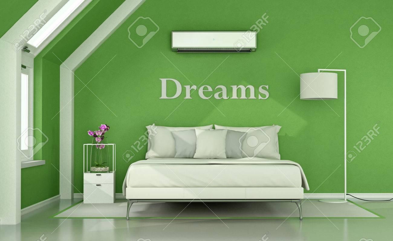 Grünes Schlafzimmer Im Dachgeschoss Mit Doppelbett, Lampe Und ...