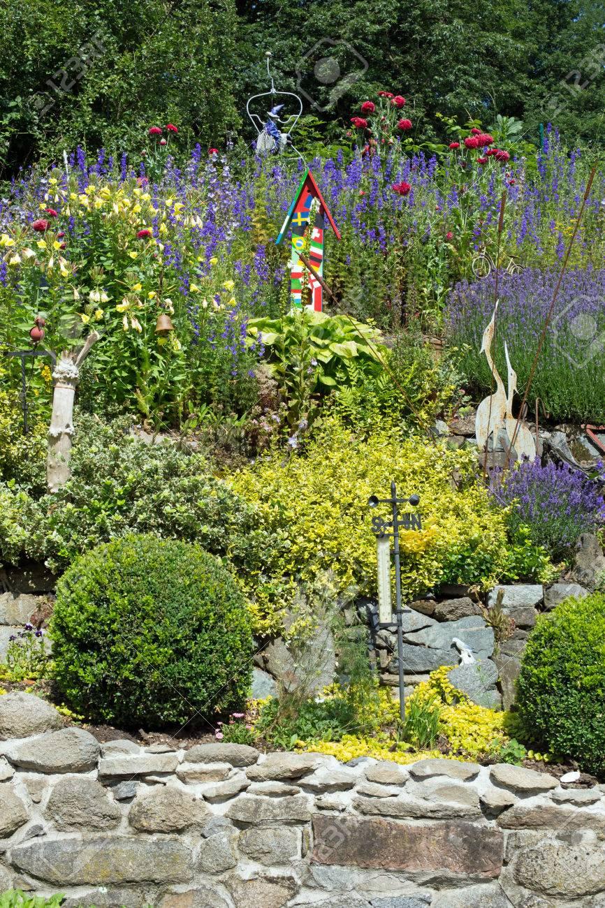 Steingarten Mit Verschiedenen Pflanzen Und Blumen Im Frã¼hling Stock