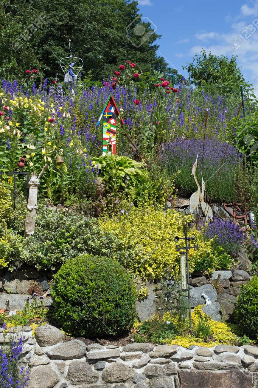 Steingarten Mit Verschiedenen Pflanzen Und Blumen Im Frühling Stock ...