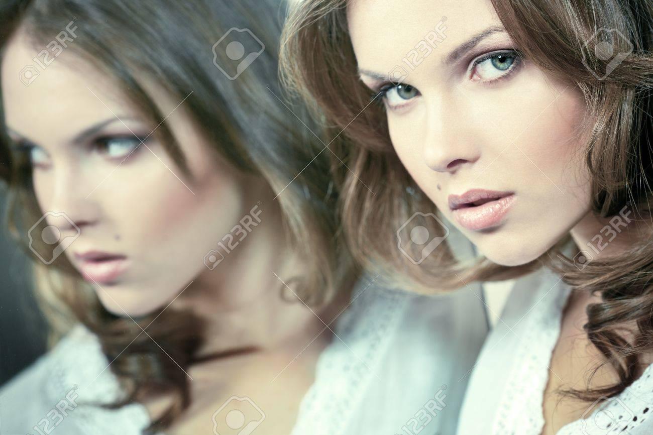 Gesicht Einer Schönen Mädchen Mit Ihrem Spiegelbild Lizenzfreie
