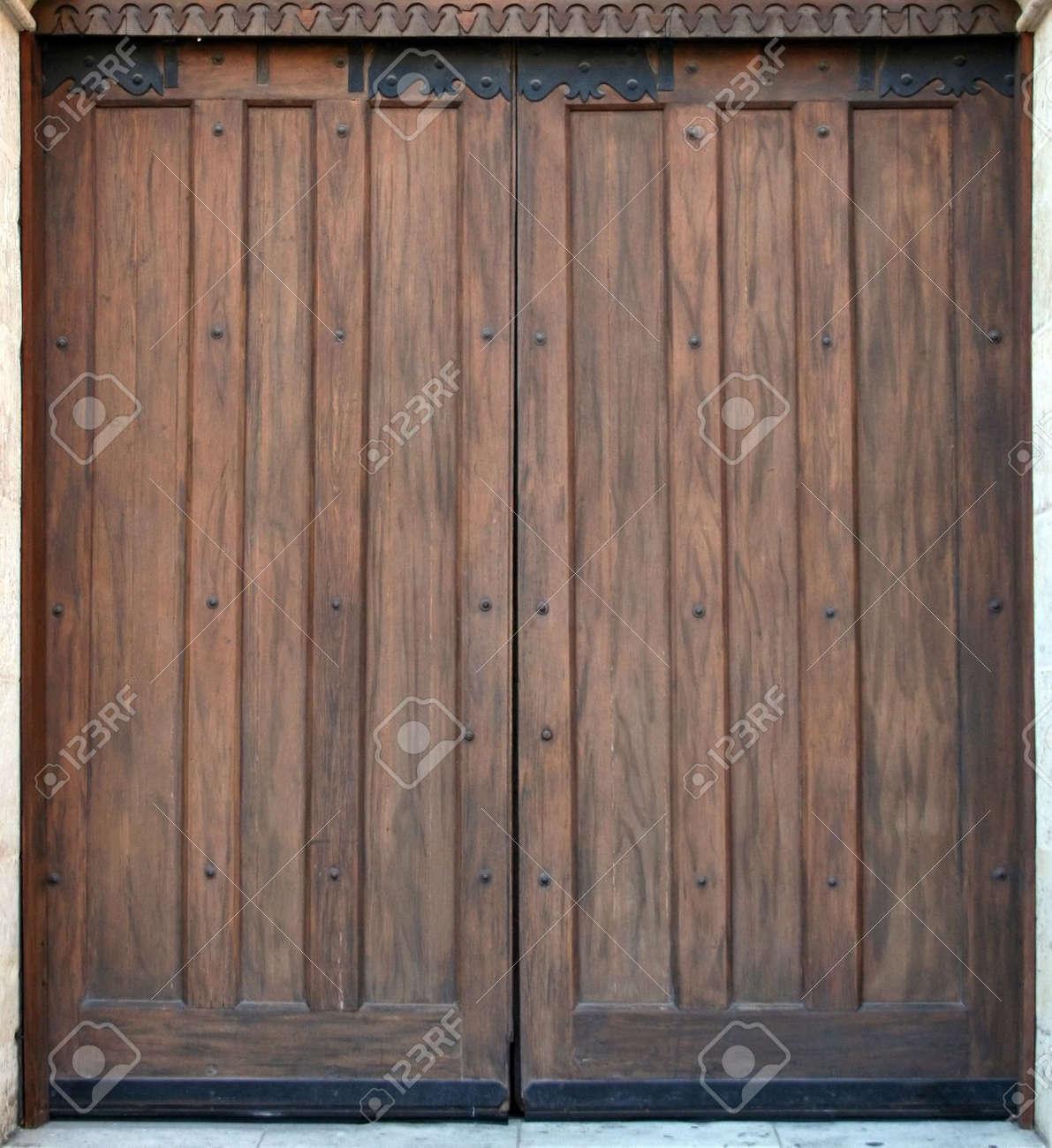 Vieille Porte En Bois Ancienne une vieille porte en bois à l'entrée d'une ancienne église.