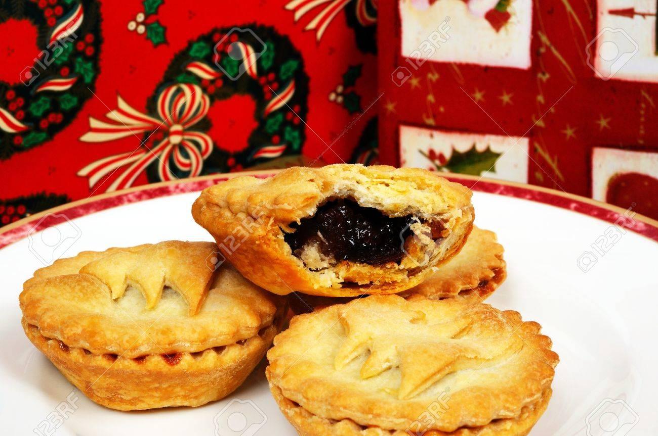 Hausgemachte Mince Pies Und Wickelte Weihnachtsgeschenke, England ...