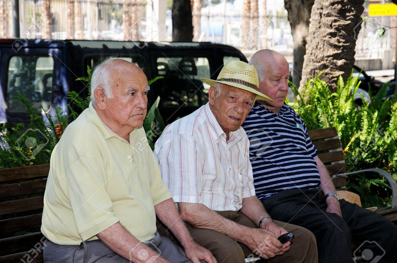 Audi TT RS - Page 4 24268829-Malaga-Espagne-le-14-Juin-2011-Les-Trois-vieux-hommes-espagnols-assis-sur-un-banc-de-parc-le-long-du-Banque-d'images