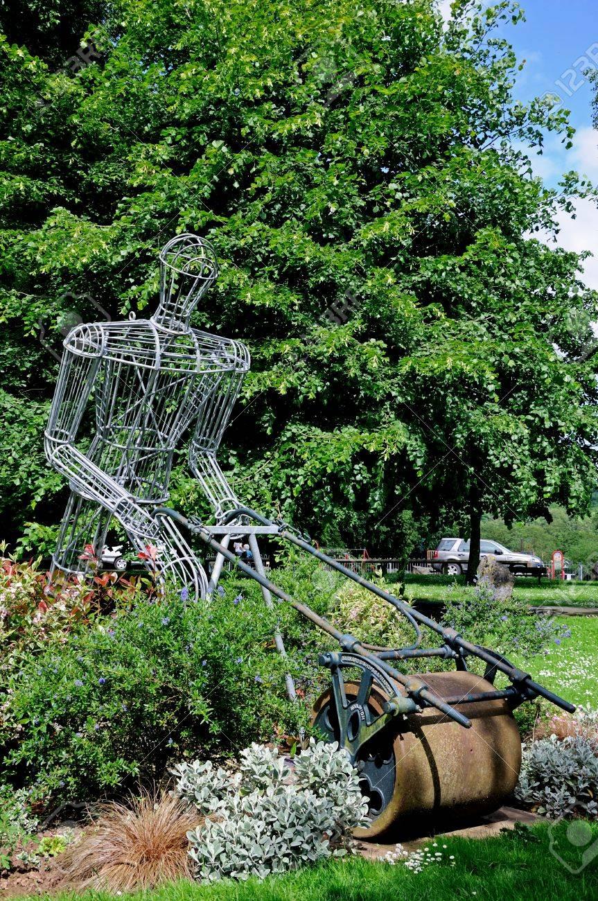 Escultura De Hierro Enmarcada Del Sr. Granger Empujando Una ...