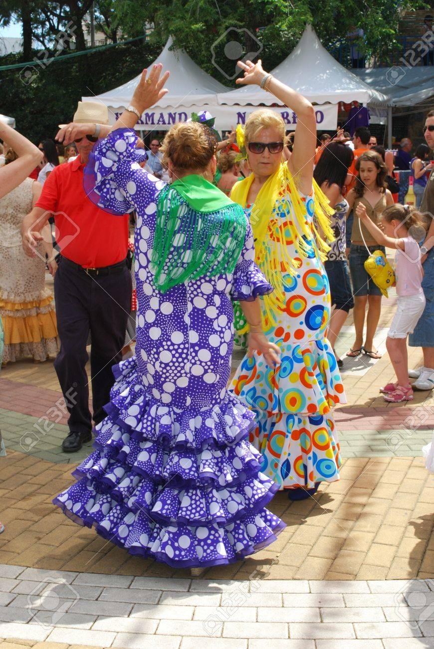 Mujeres Españolas Bailando Flamenco Durante La Romería Fiestas De ...