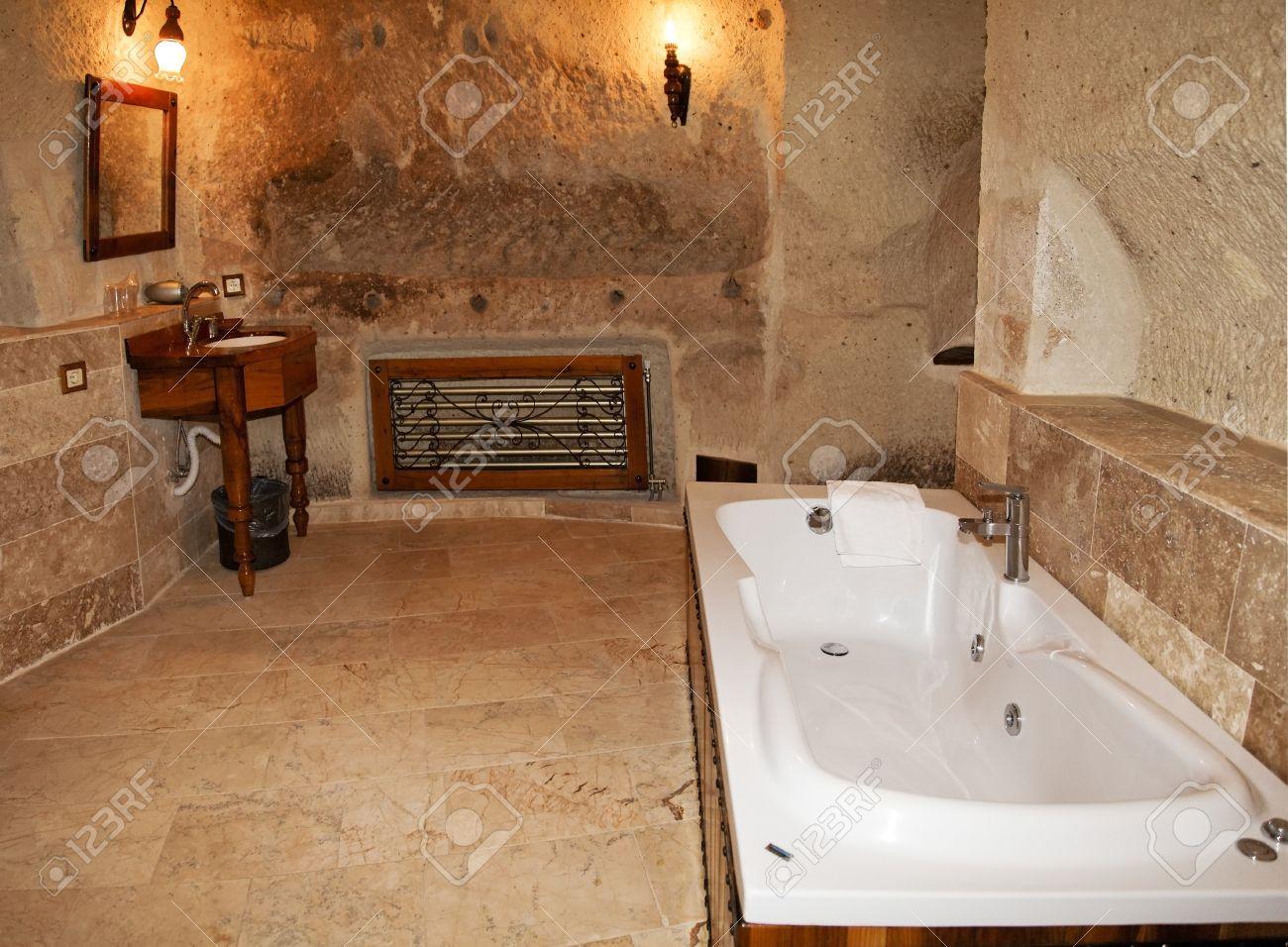 Layout di bagno con vasca visualizzando piastrelle di marmo comò