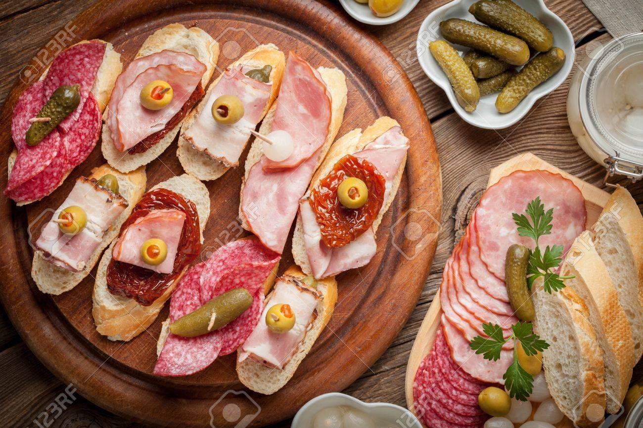 Cocina Española. Tapas Con Chorizo ??en Rodajas, Tocino, Salami ...