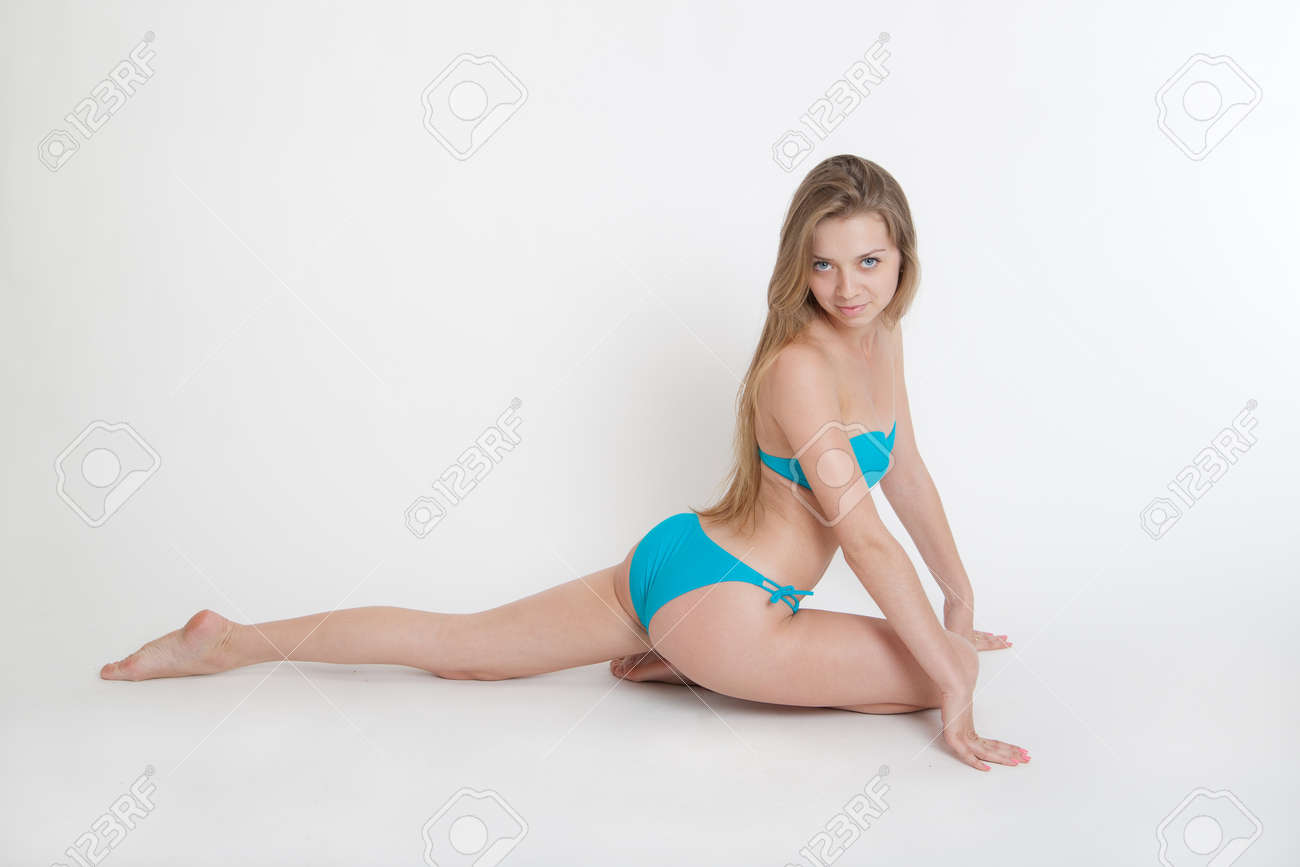 Hermosa Bikini Fondo Chica Un Blanco La En Sobre 08nPOkw