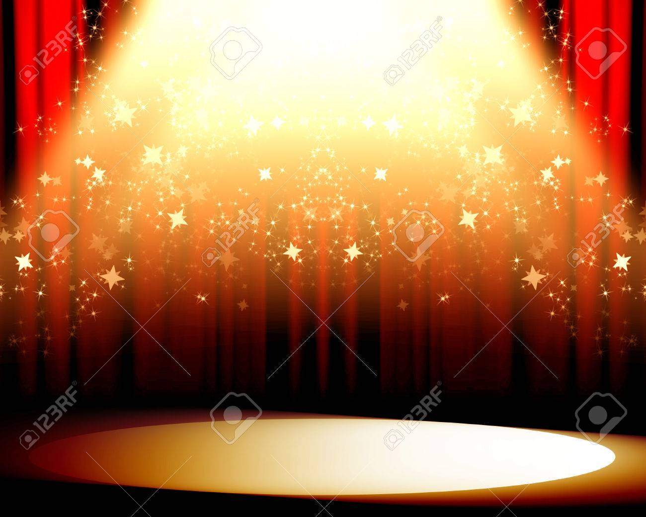 cortinas rojas de cine o de teatro con un foco luminoso sobre ella foto de archivo