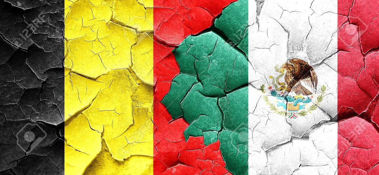 de vlag van belgië met mexico vlag op een grunge gebarsten muur
