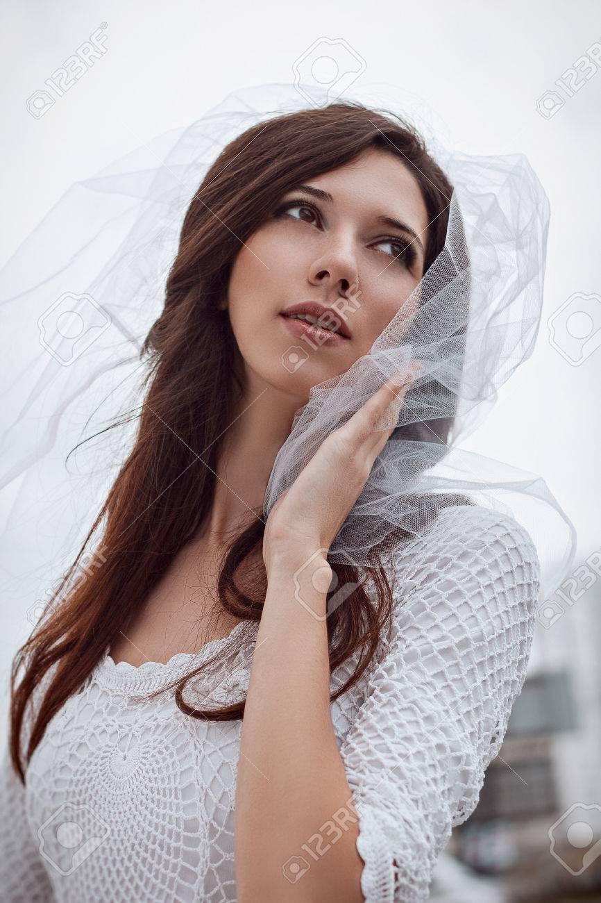 Portrait Der Braut Schöne Junge Frau Im Weißen Schleier Und Kleid ...