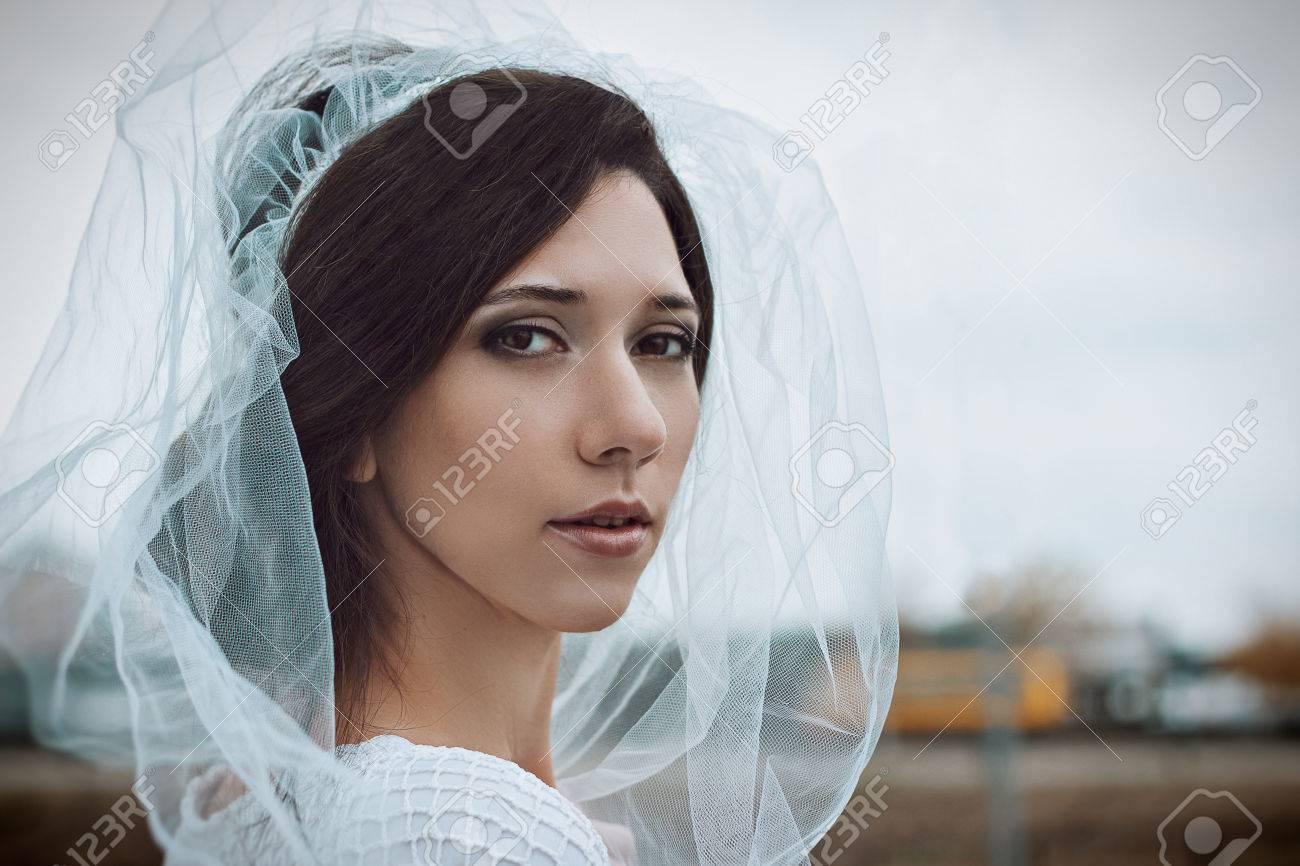 Nahaufnahmeportrait Der Braut Schöne Junge Frau Im Weißen Schleier ...