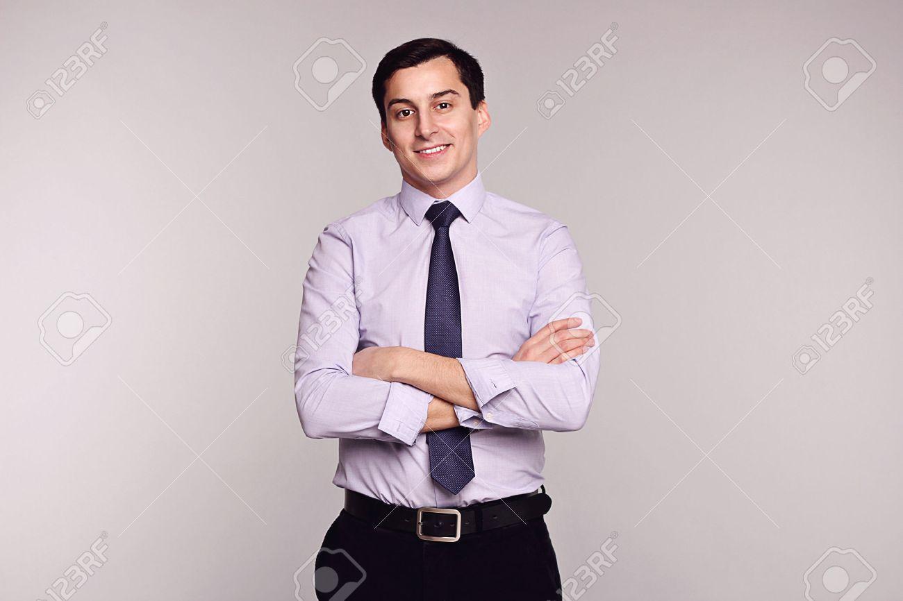 Confiado Exitoso Hombre Joven Hermoso Sonriente Hombre De Negocios En Pantalones Clasicos Negro Camisa Blanca Y Corbata En Fondo Gris Virilidad Belleza Masculina Modelo De Manera Tiro Del Estudio Estilo Italiano Lujo