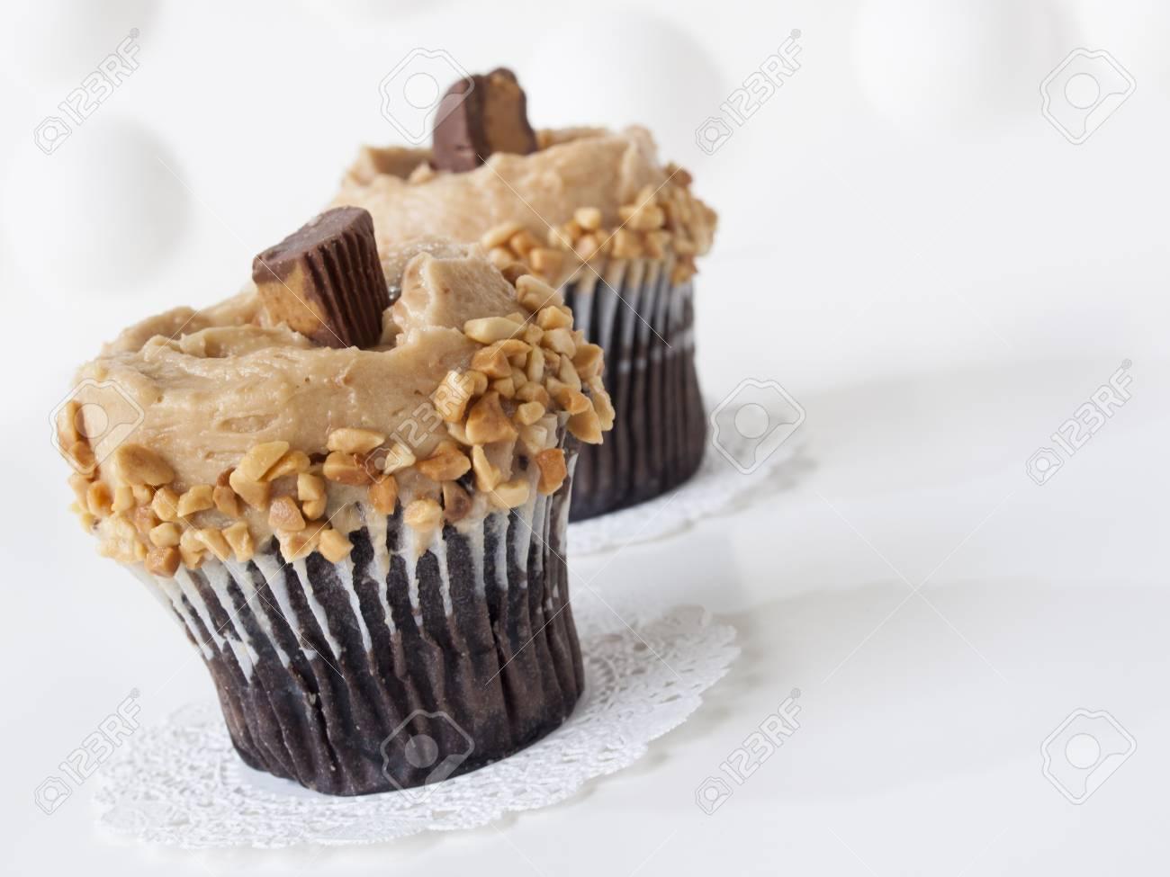 Gourmet Reeses Erdnussbutter Tassen Kuchen Auf Weissem Hintergrund