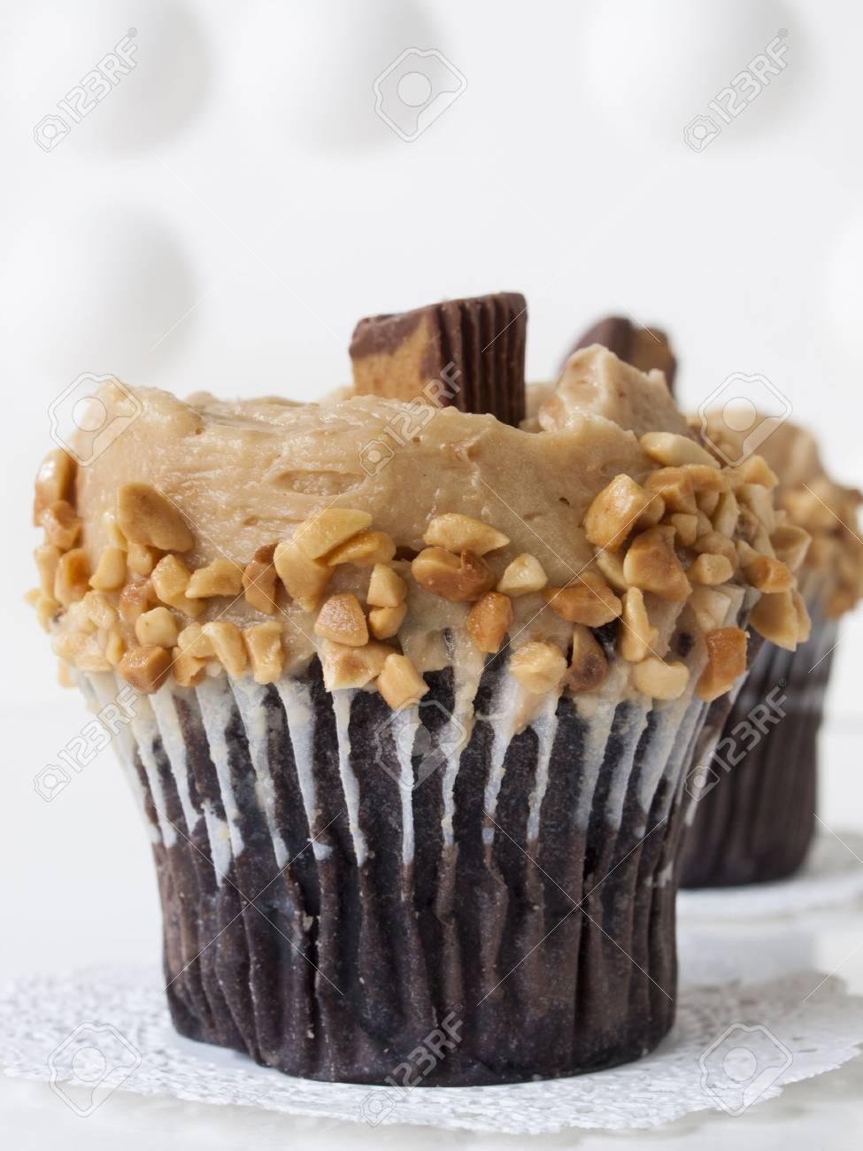 Gourmet Reese Peanut Butter Cups Kuchen Auf Weissem Hintergrund