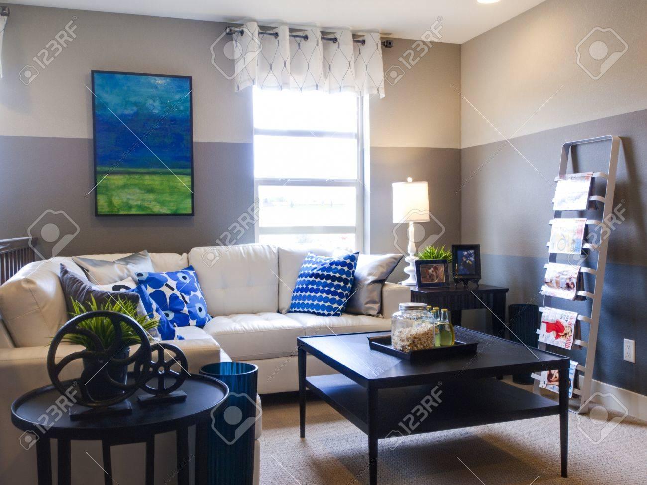 soggiorno moderno con divano e tavolo da caffè. foto royalty free ... - Soggiorno Moderno Con Tavolo E Divano