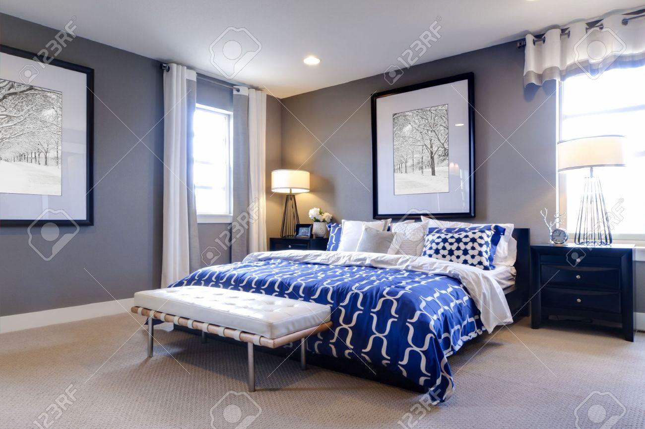 Moderne Schlafzimmer Mit Blauen Wand Und Weißer Bettwäsche. Standard Bild    15079414