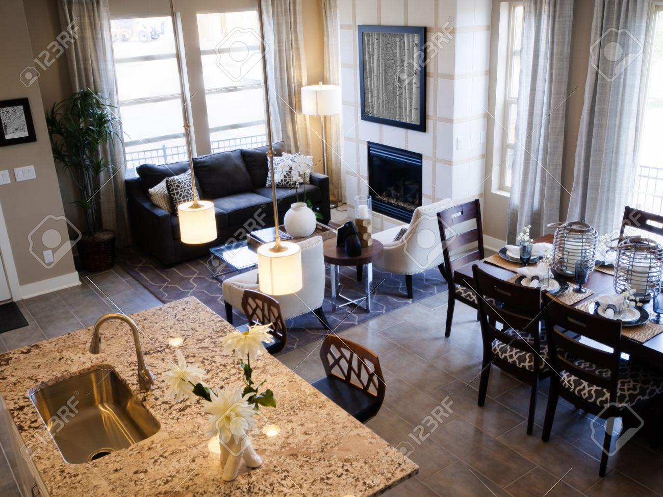 Table Pour Salle À Manger salle à manger moderne avec set de table pour le dîner de famille.