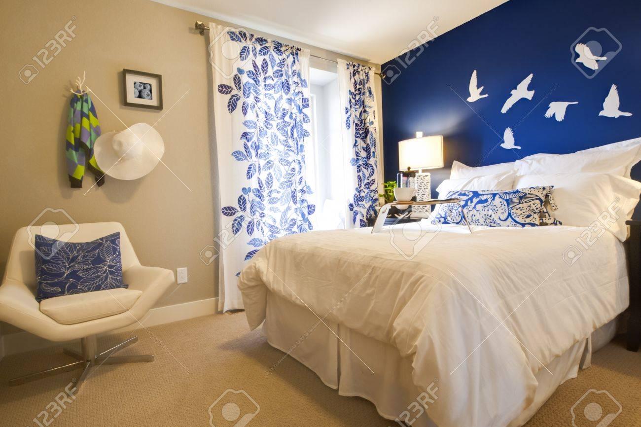 Moderne Schlafzimmer Mit Blauen Wand Und Weißer Bettwäsche. Standard Bild    15079410