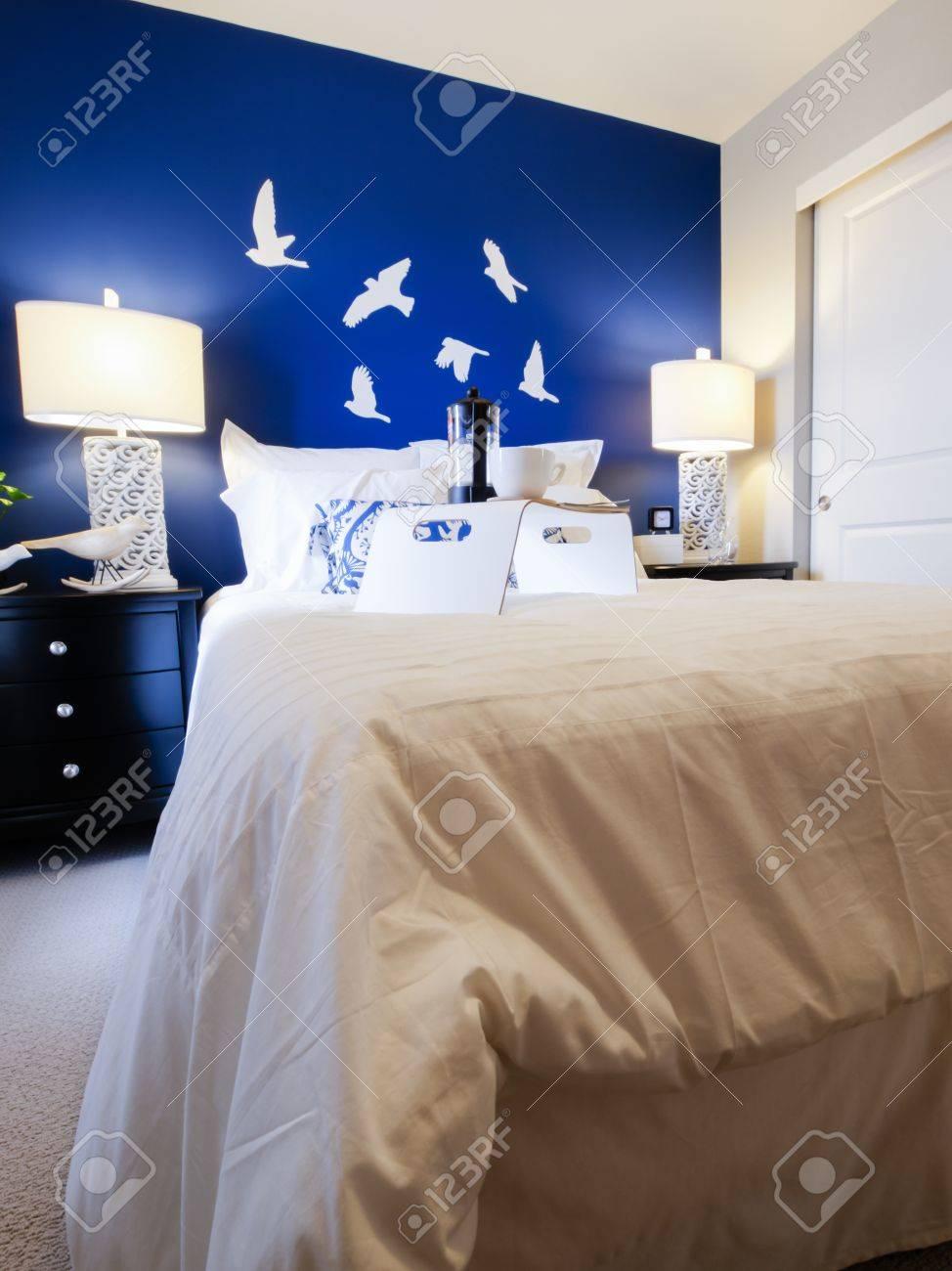 Moderne Schlafzimmer Mit Blauen Wand Und Weißer Bettwäsche. Standard Bild    15079352