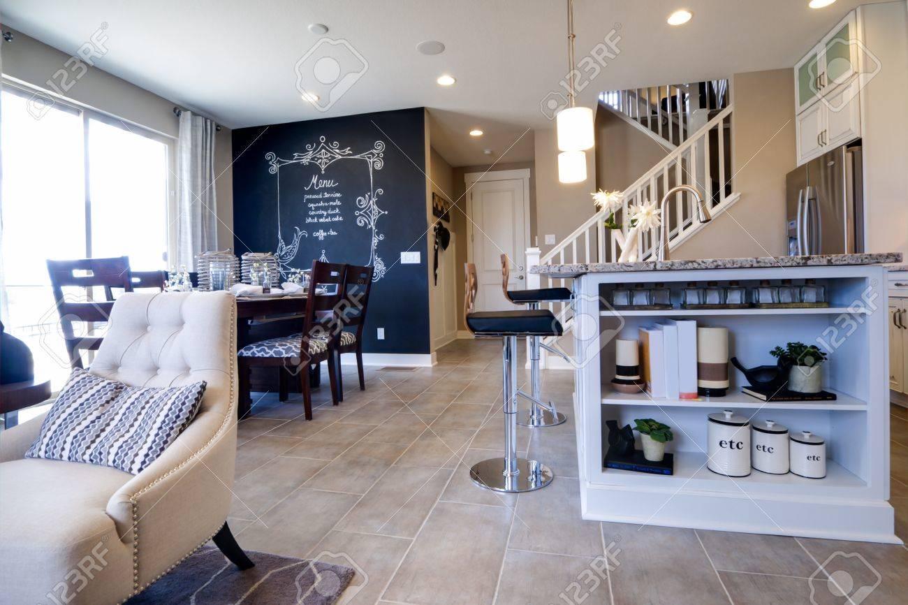 Moderne Küche Mit Weißen Schränken Und Edelstahl Geräte. Standard Bild    15079412