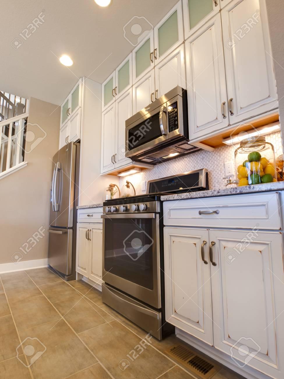 Ungewöhnlich Küchenfarben Mit Weißen Schränken Und Edelstahl Geräte ...