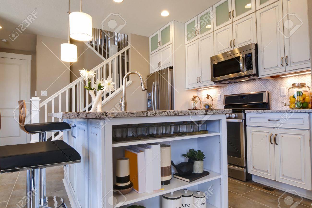 Moderne Küche Mit Weißen Schränken Und Edelstahl Geräte. Standard Bild    15079395