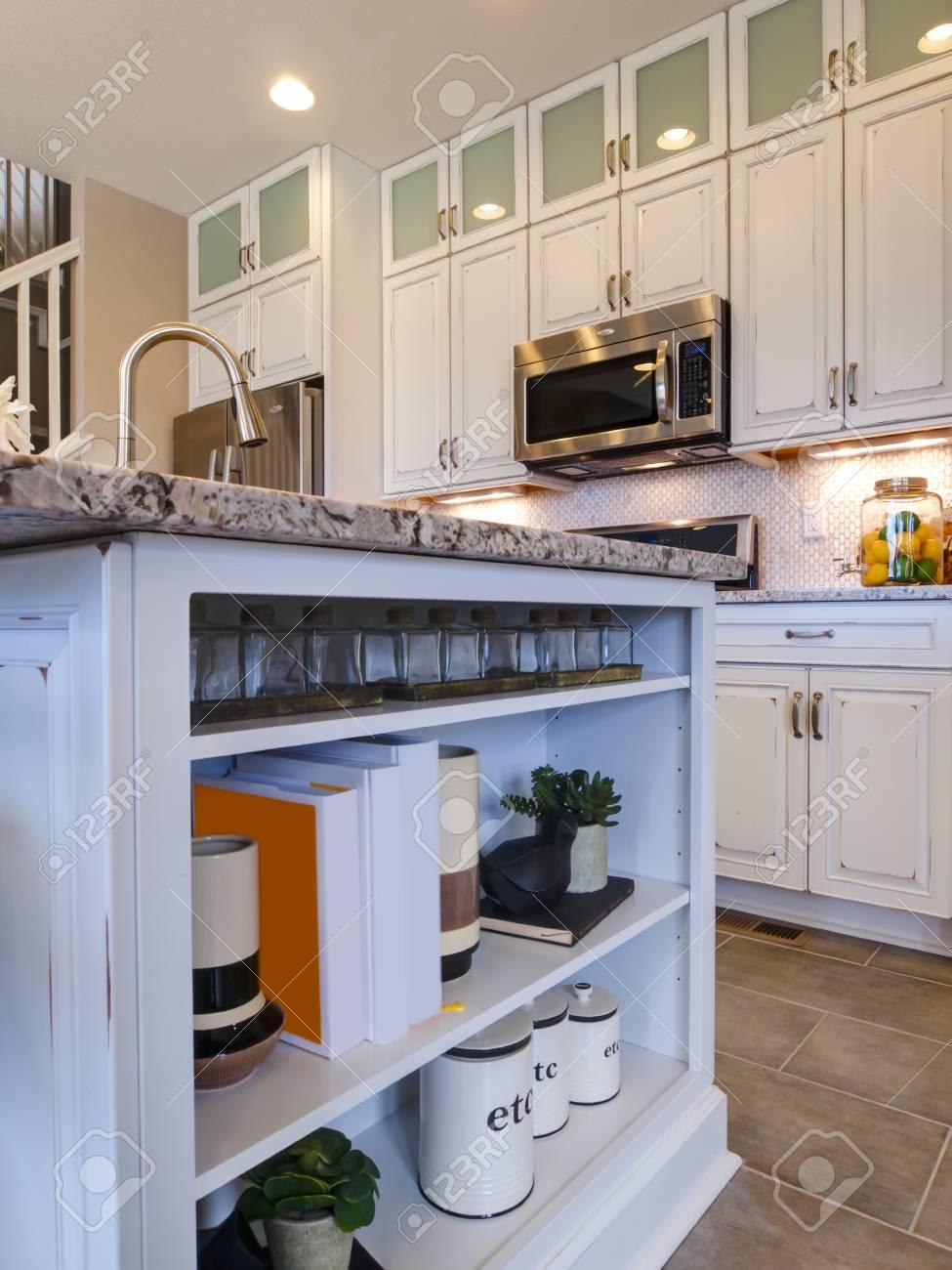 Wundervoll Moderne Küche Mit Weißen Schränke Und Edelstahl Geräte. Standard Bild    15079408